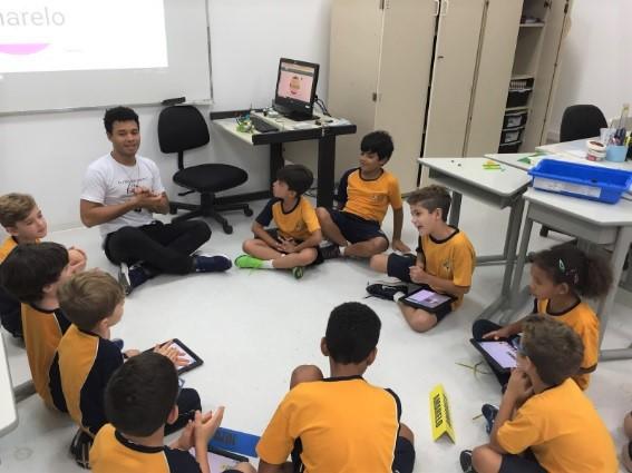 Alunos reunidos na aula de robótica