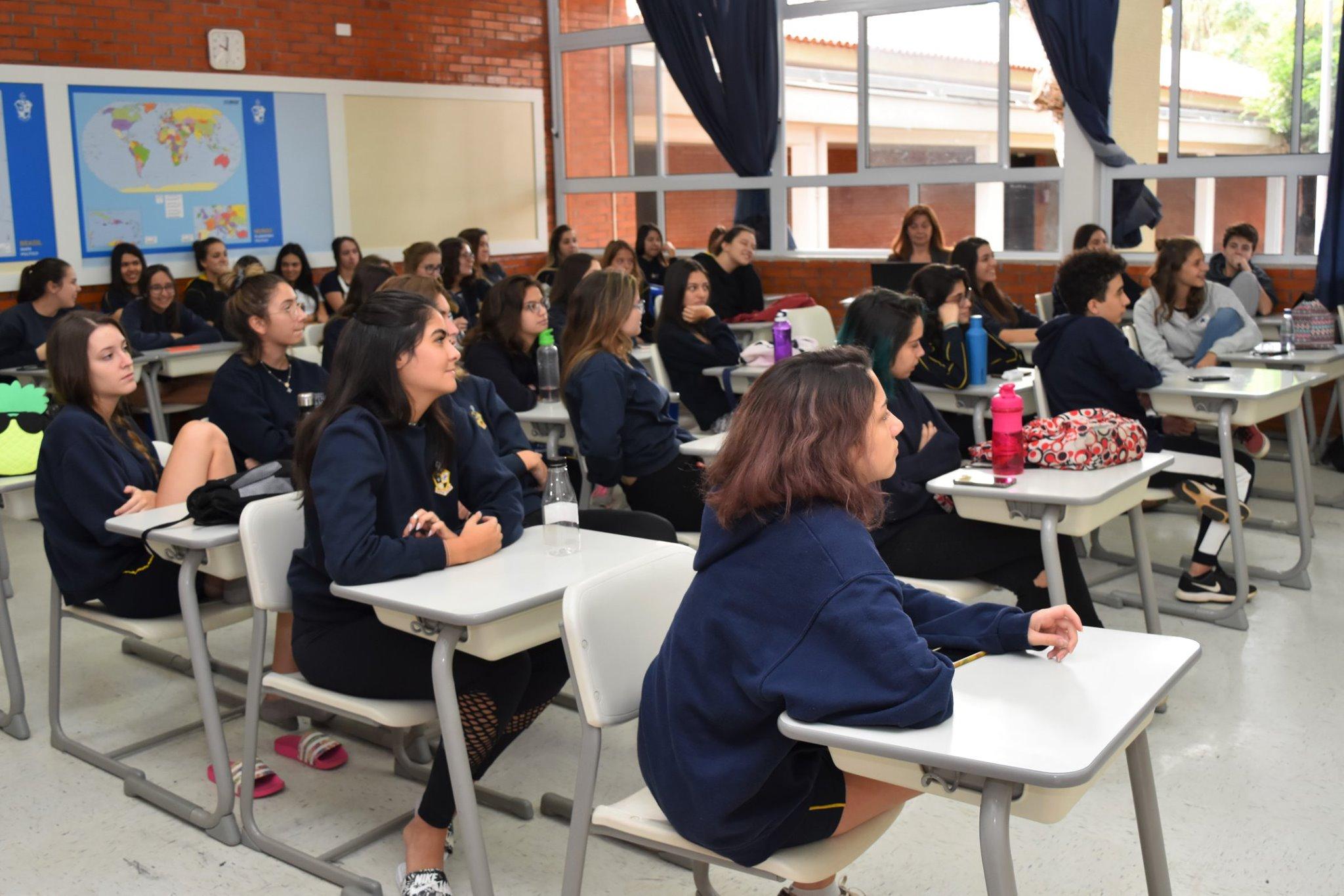 alunos na exposição de profissões