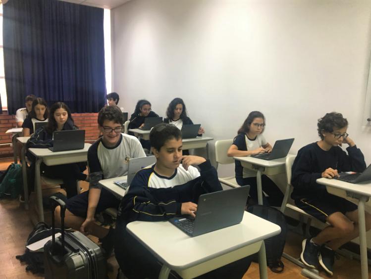 alunos usando chromebooks